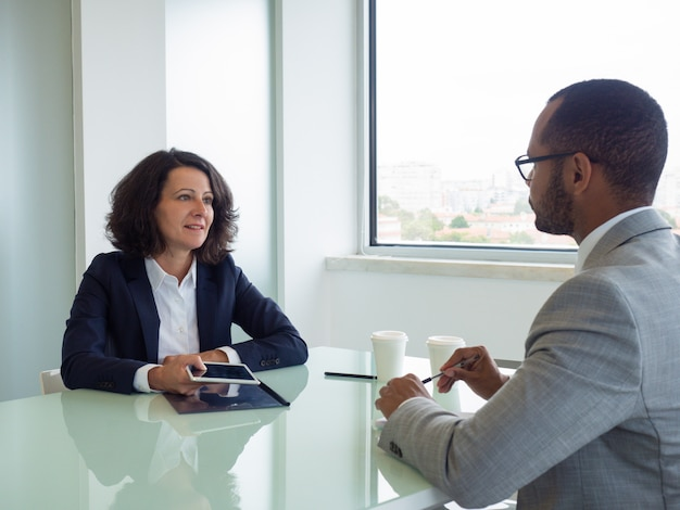 Hr manager und bewerber treffen sich zum vorstellungsgespräch