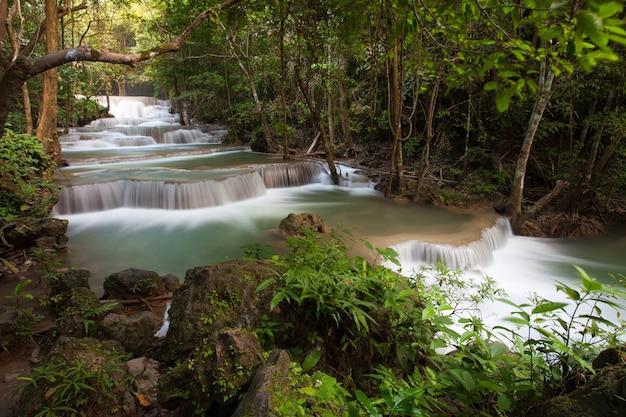 Huai mae khamin wasserfall im oktober ist ein wunderschöner wasserfall in kanchanaburi, thailand.
