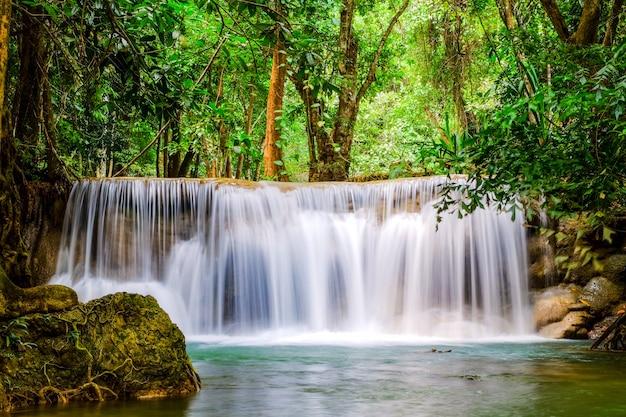 Huai mae khamin waterfall auf wintersaison, kanchanaburi, thailand
