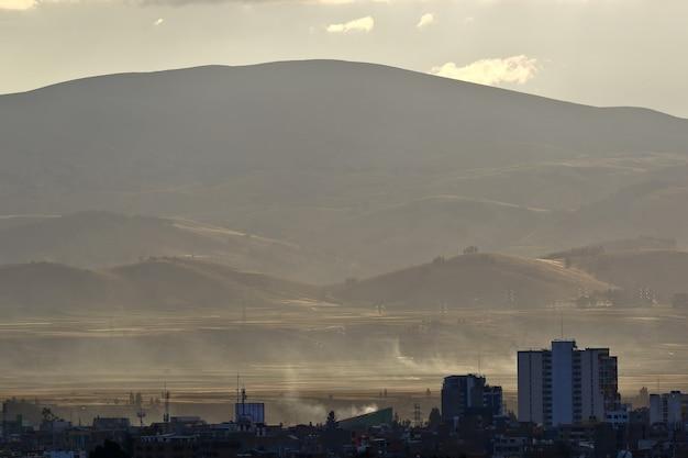 Huancayo stadt bei sonnenuntergang im gegensatz zu den bergen im hintergrund