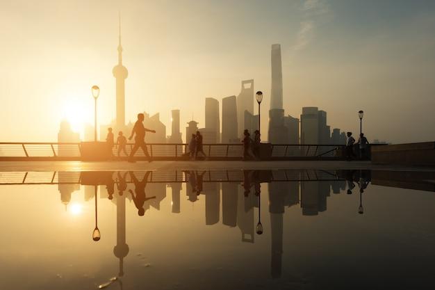Huangpu-flussufer mit shanghai im stadtzentrum gelegen im hintergrund in shanghai, china.
