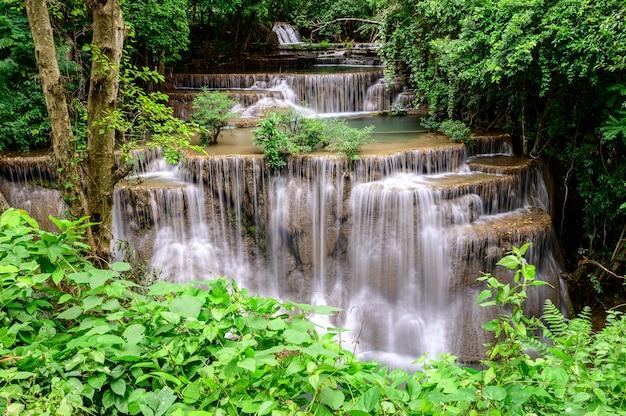 Huay mae kamin wasserfall in nationalpark erawan, kanchanaburi-provinz, thailand.