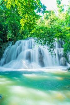 Huay mae kamin waterfall bei kanchanaburi in thailand