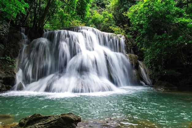 Huay mae khamin wasserfall sechs ebenen, paradies wasserfall im tropischen regenwald von thailand