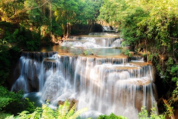 Huay maekamin-wasserfall im tropischen wald, kanchanaburi-provinz, thailand.