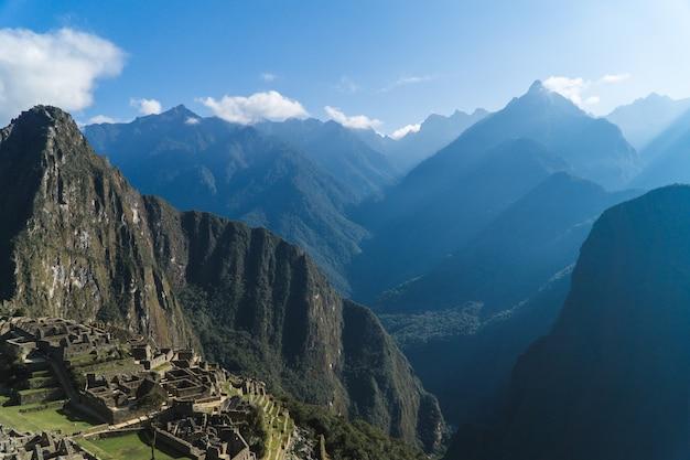Huayna picchu mit blick auf die berge dahinter