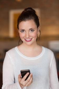 Hübscher Brunette am Telefon am Café