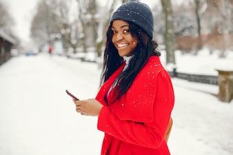 Hübsches schwarzes Mädchen im Winter