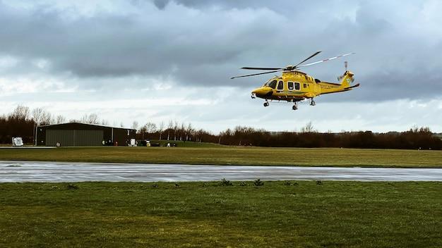 Hubschrauber aw169 fliegt tief