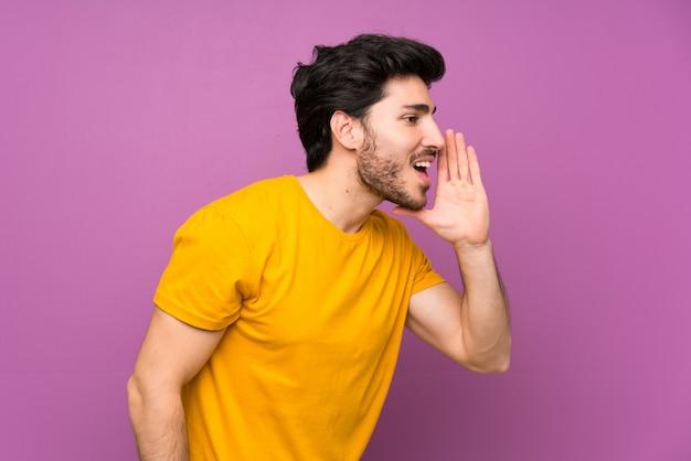 Hübsch über der lokalisierten purpurroten wand, die mit dem breiten mund schreit, öffnen sie sich zur seite