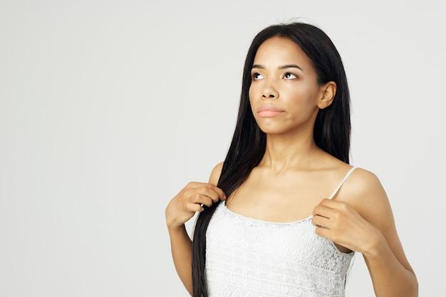 Hübsche afrikanisch aussehende brünette kosmetik, die nahaufnahme aufwirft