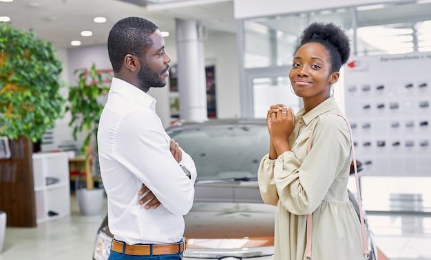Hübsche afroamerikanerin bittet ihren mann, ein auto zu kaufen
