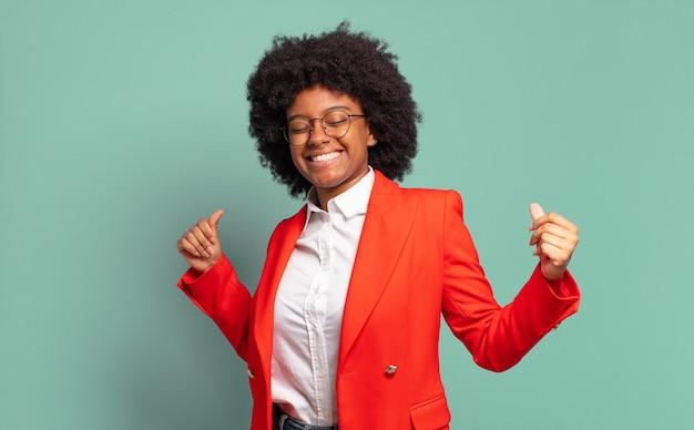 Hübsche afroamerikanerin gegen isolierte wand