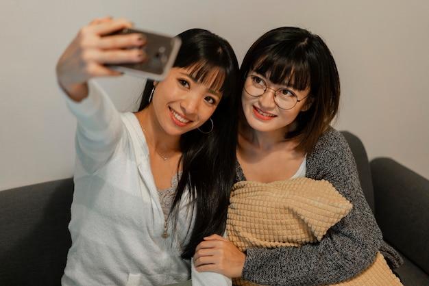 Hübsche asiatische mädchen, die ein selfie machen