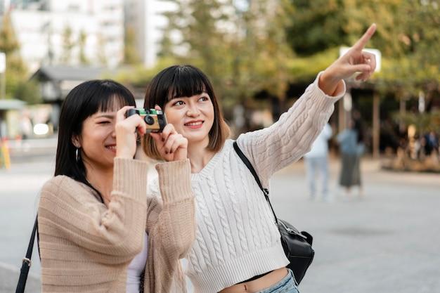 Hübsche asiatische mädchen, die im urlaub fotos machen