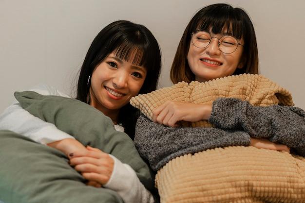 Hübsche asiatische mädchen, die zu hause entspannen