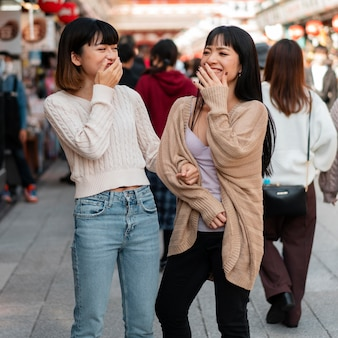 Hübsche asiatische mädchen, die zusammen lachen