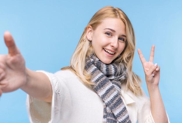 Hübsche blonde frau, die kamera betrachtet