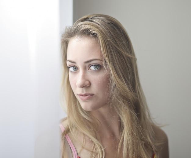 Hübsche blonde frau