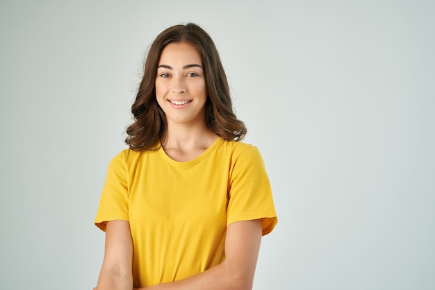 Hübsche brünette im gelben t-shirt lächeln posiert lifestyle