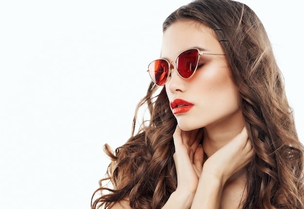 Hübsche brünette mit sonnenbrille glamour luxusmode posiert