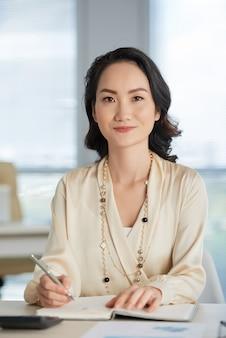 Hübsche chinesische geschäftsfrau