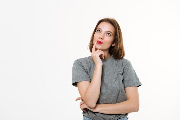 Hübsche denkende junge kaukasische dame