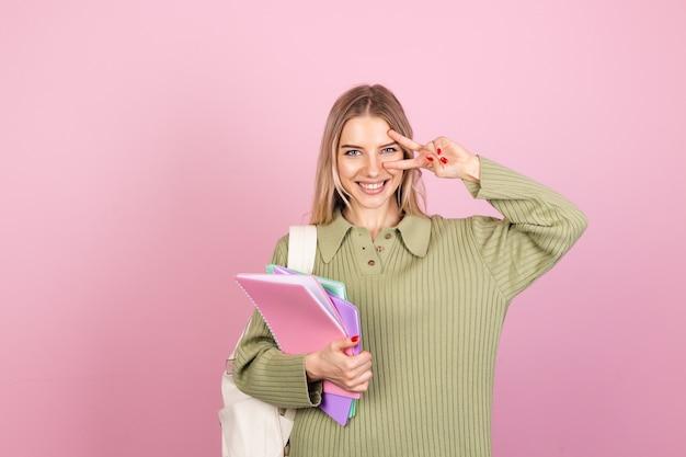 Hübsche europäische frau im lässigen pullover auf rosa wand