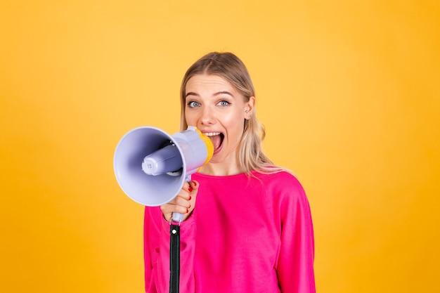 Hübsche europäische frau in der rosa bluse auf gelber wand