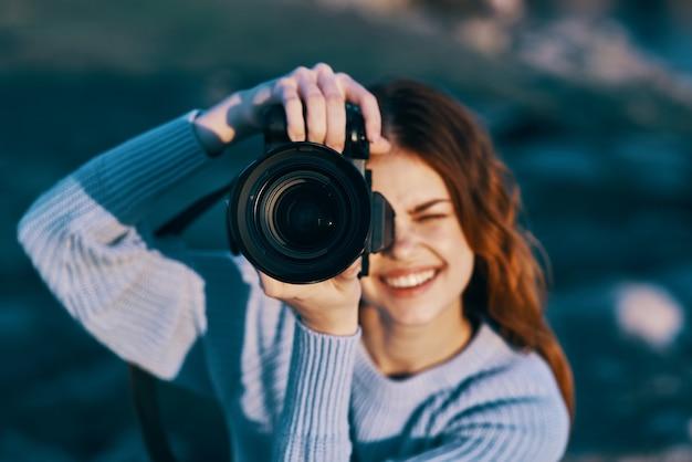 Hübsche fotografin in der natur
