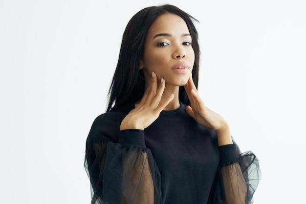 Hübsche frau afrikanischen aussehen kosmetik lange haare glamour