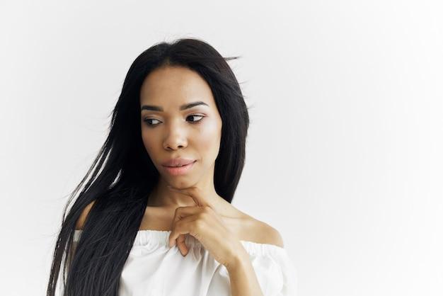 Hübsche frau afrikanisches aussehen mode make-up heller hintergrund