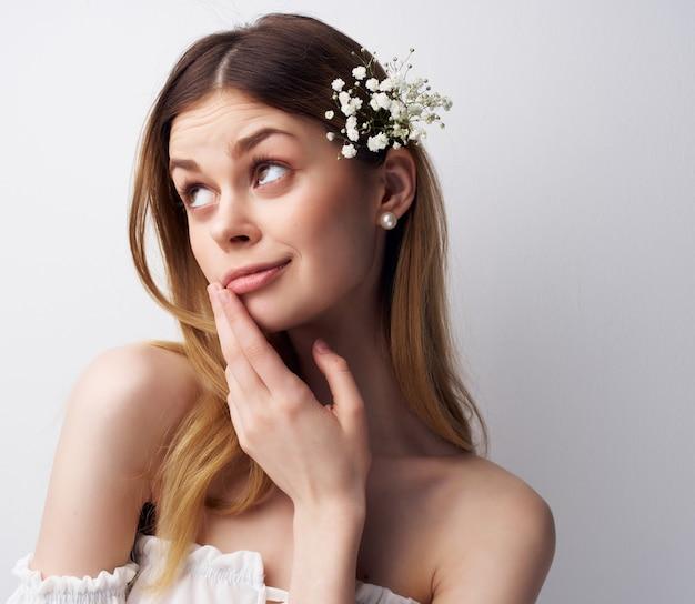 Hübsche frau attraktiver blick blumen im modernen stil des haares