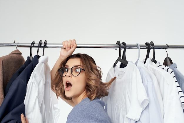 Hübsche frau bekleidungsgeschäft käufer verkauf isolierten hintergrund. foto in hoher qualität