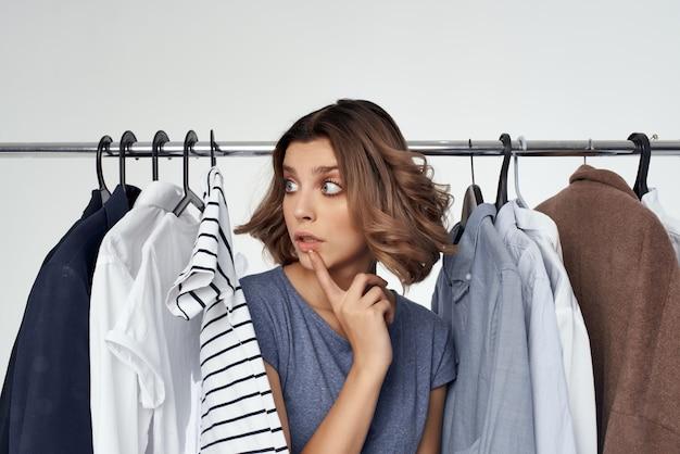 Hübsche frau bekleidungsgeschäft käufer verkauf isolierten hintergrund