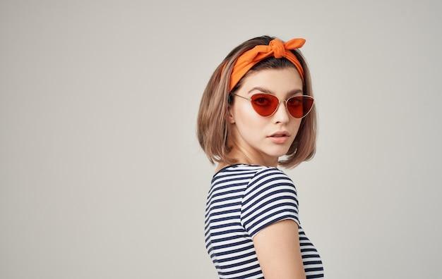 Hübsche frau, die den modernen stil der gestreiften t-shirt-mode der sonnenbrille trägt