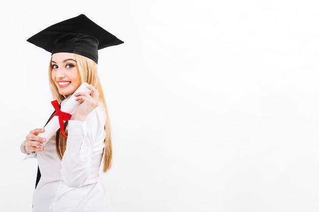Hübsche frau, die diplom der universität hat