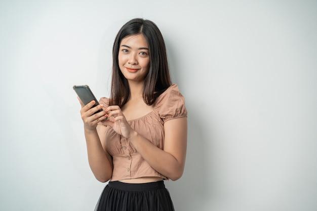 Hübsche frau, die ein smartphone-gerät benutzt und den bildschirm berührt
