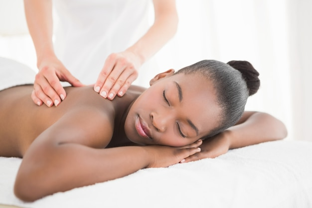 Hübsche frau, die eine massage genießt