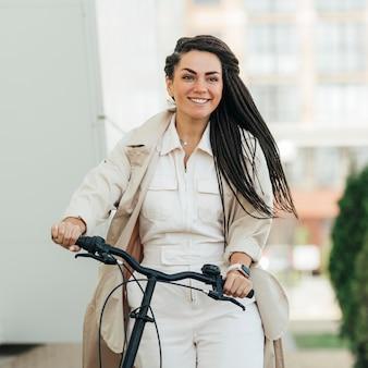 Hübsche frau, die fahrrad fährt