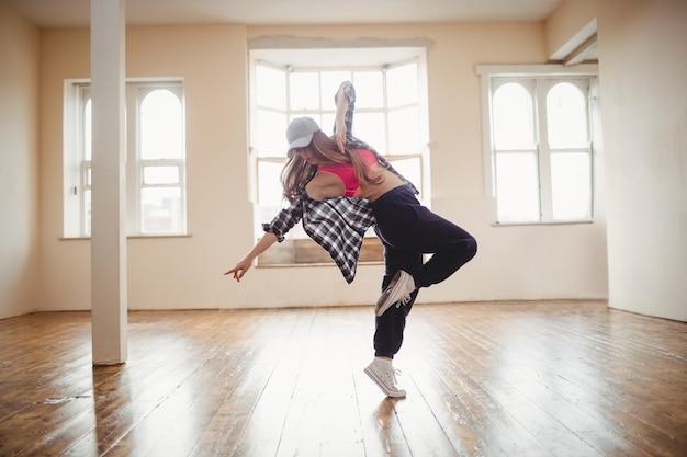 Hübsche frau, die hip-hop-tanz praktiziert