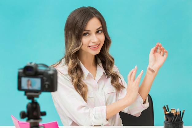 Hübsche frau, die make-up-video aufzeichnet