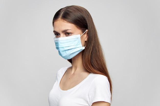 Hübsche frau, die medizinische maske trägt