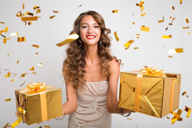 Hübsche frau, die neujahrsgeschenke feiert