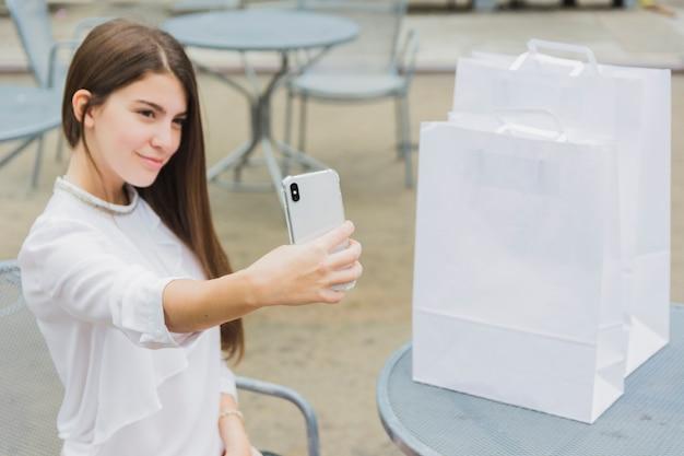 Hübsche frau, die selfie nimmt