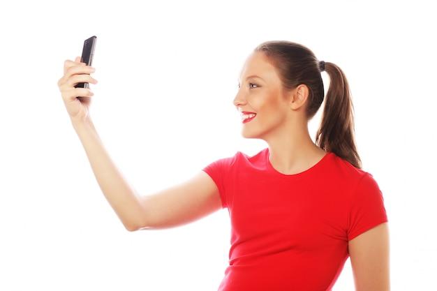 Hübsche frau, die selfies nimmt