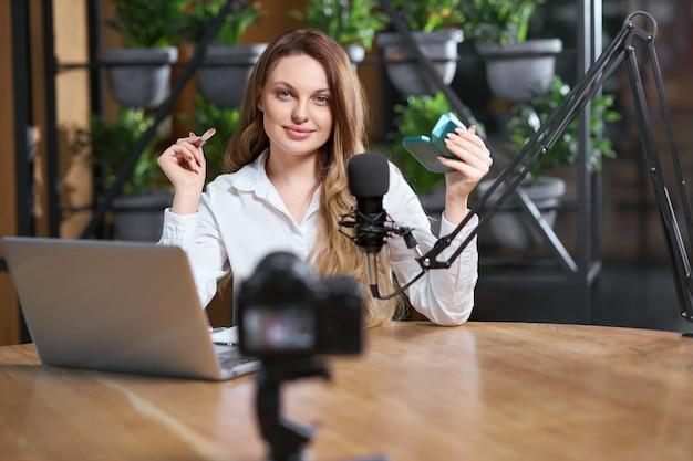 Hübsche frau, die sich auf das interview in der live-übertragung vorbereitet