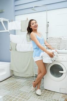 Hübsche frau, die wäscherei tut