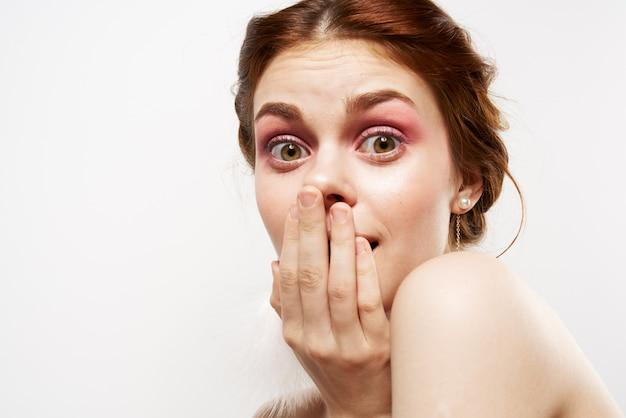 Hübsche frau flauschige ohrringe nackten schultern nahaufnahme helles make-up