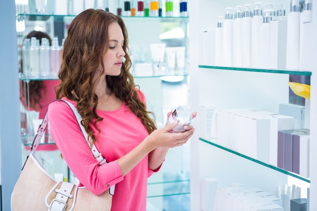 Hübsche frau für kosmetik einkaufen